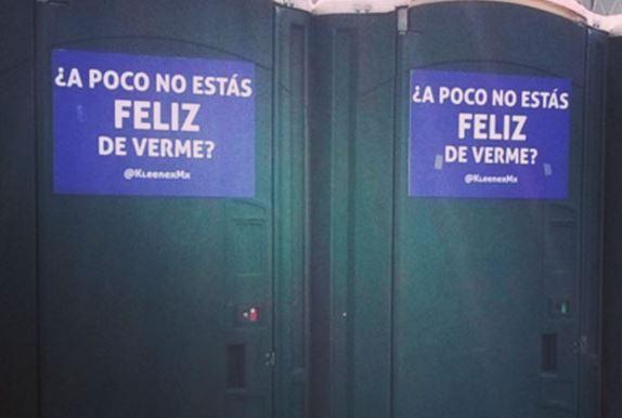 Ella cuida los baños en el Vive Latino