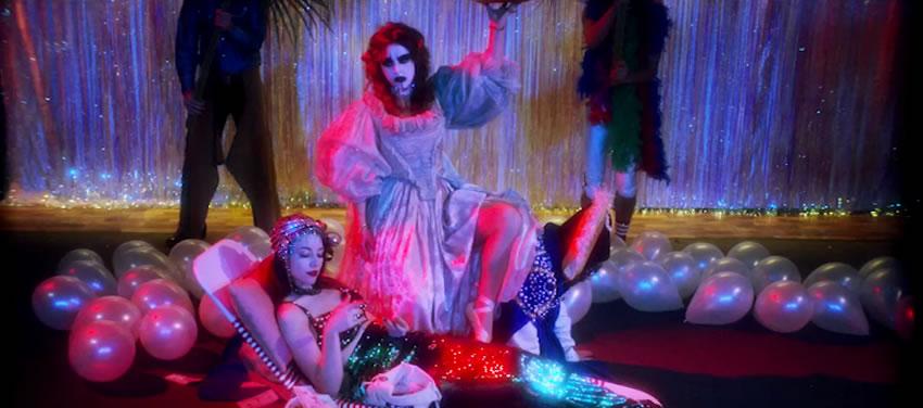 GRIMES COMPARTE VIDEO PARA NUEVO SENCILLO 'CALIFORNIA' en MUSICA.  Chicas Rockeras!
