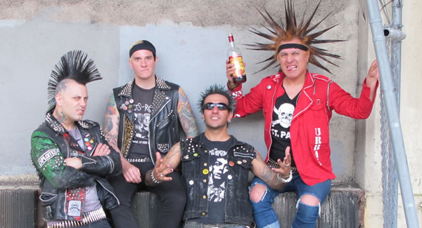 THE CASUALTIES llegan a Carpa Astros en NOTICIAS.  Chicas Rockeras!