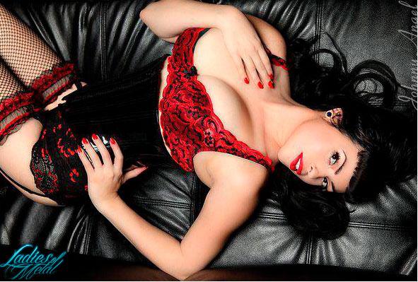 Conoce a Donna DeMuerte, modelo alternativa en SEXY.  Chicas Rockeras!