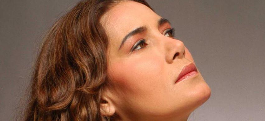 Tania Libertad le ofrece cien violetas a Esperanza Iris y a la esperanza, esa que siempre muere al último