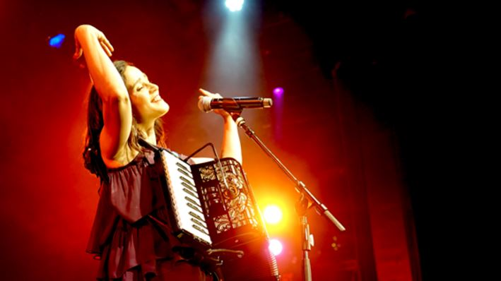 A lo largo de los años 2000, la cantante mexicana  Julieta Venegas vino cultivando lazos con Brasil...