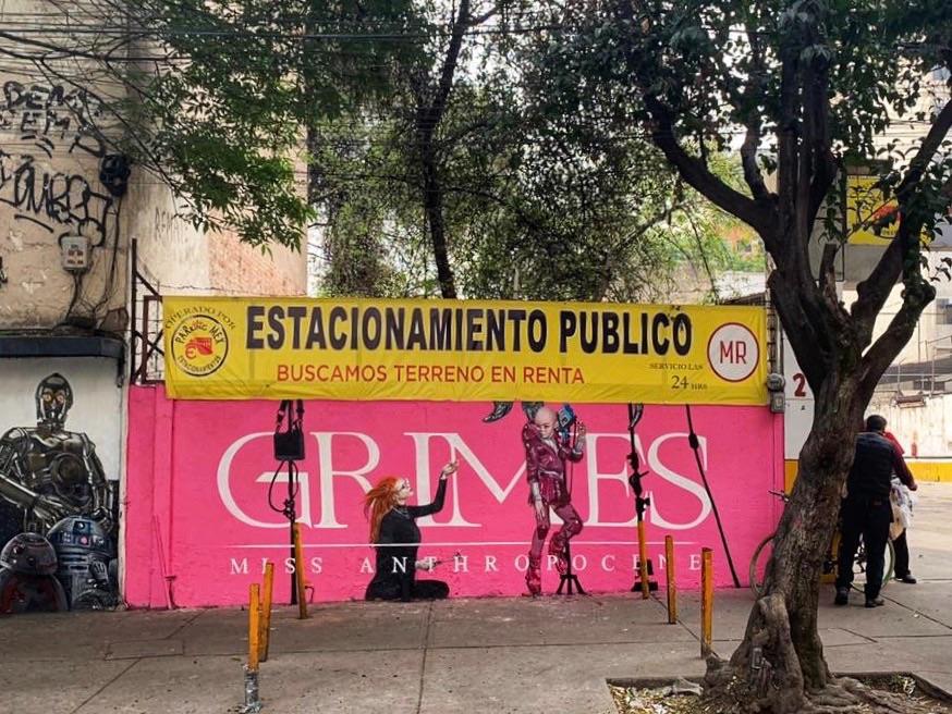 GRIMES EXHIBE UN MURAL DE MISS ANTHROPOCENE  EN LA CDMX