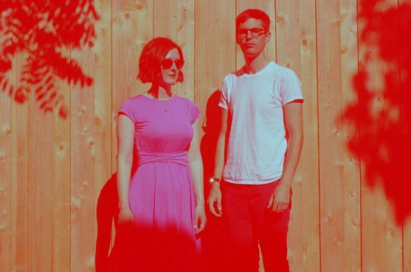 Una delicada y fina mezcla de pop electrónico y música experimental es la que propone el dúo norteam...