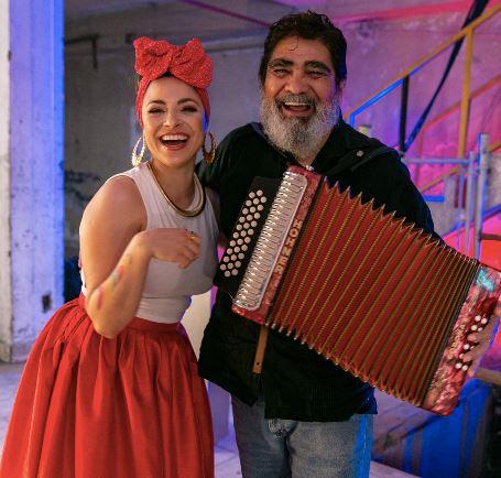 LEIDEN  reaviva el recuerdo de CELSO PIÑA con 'CUMBIA DE LUNA ROJA' en MUSICA.  Chicas Rockeras!