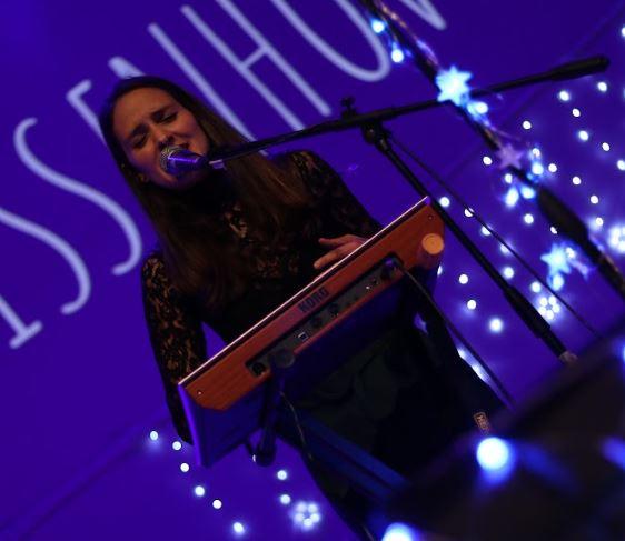 Paula van Hissenhoven de Aterciopelados, presenta su álbum debut Quién soy