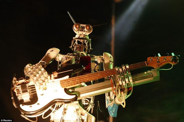COMPRESSORHEAD: UNA METALERA BANDA  DE ROBOTS en TECNOLOGIA.  Chicas Rockeras!